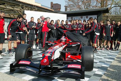 Lançamento do carro do Milan com jogadores etécnico