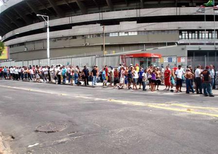 filas para comprar ingresso são rotina para o torcedor