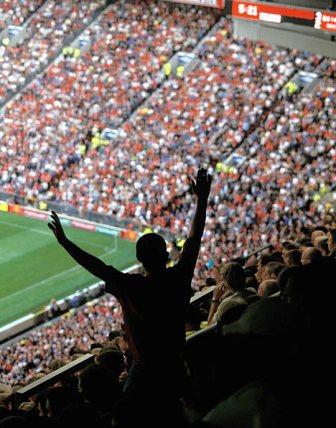 Mãos ao alto? Mesmo com ingressos caros, estádio do Manchester United está sempre cheio