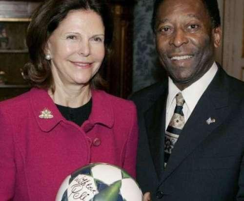 Pelé presenteia a rainha da Suécia com uma bola autografada; em qualquer circunstância, a assinatura do ídolo agrega valor ao objeto