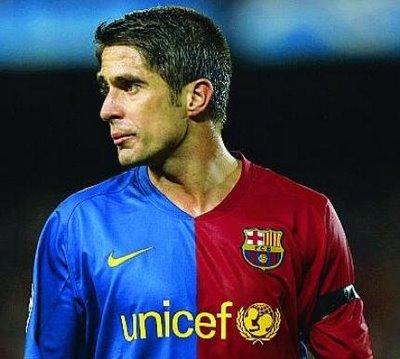 Lateral brasileiro está no clube catalão desde 2004
